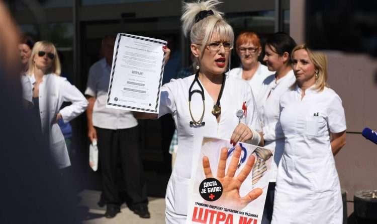 ПРОТЕСТ ИСПРЕД УКЦ-а Синдикат доктора медицине одржао получасовни штрајк упозорења