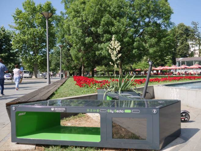 """Постављена прва """"паметна"""" соларна клупа у Бањалуци"""